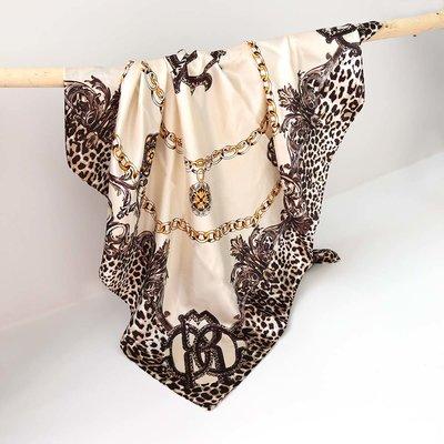 Satijnen bandana sjaal leo chain creme
